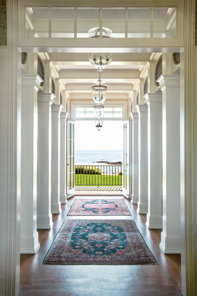 Upon entering the house, a series of columns draws the visitor to the water view and porch. At the same time the columns clearly define and divide the living room and dining room without creating separate enclosed rooms. Oval steel mesh elements with roped design add design interest.